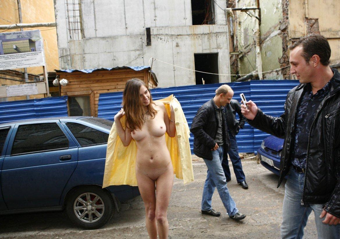 Фильм видео русская девка разделась на спор порно