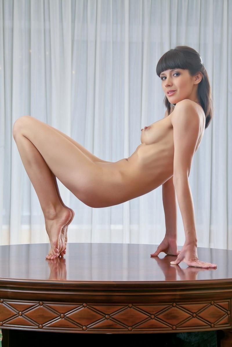 women Hot nude brunette