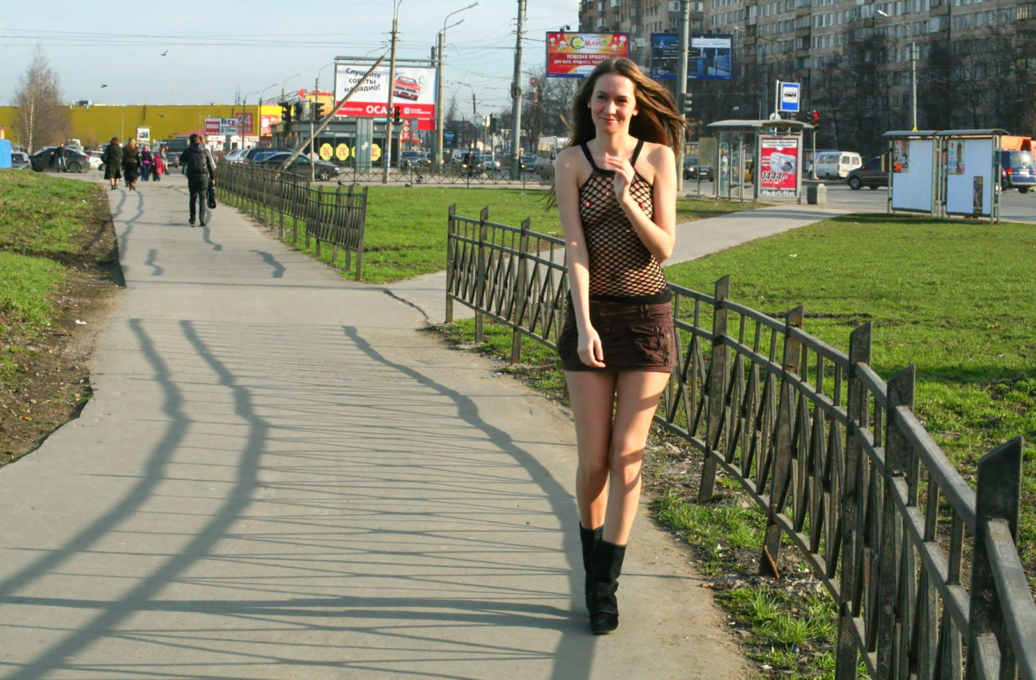 Девушка в прозрачной юбке гуляет по городу, смотреть русский обмен парнями в сексе