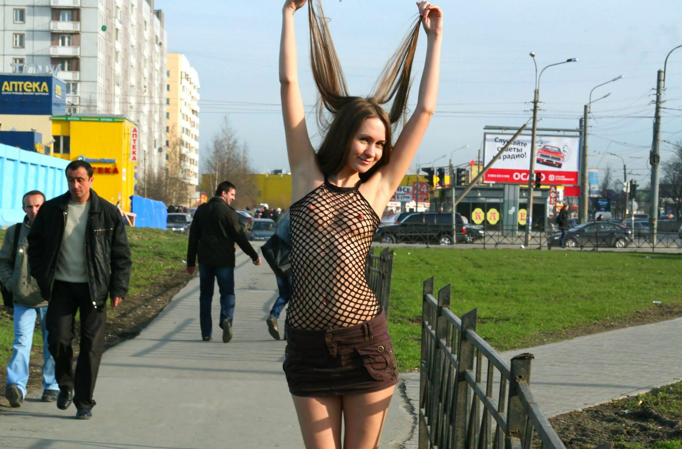 Гулять по улице в прозрачном платье — pic 9