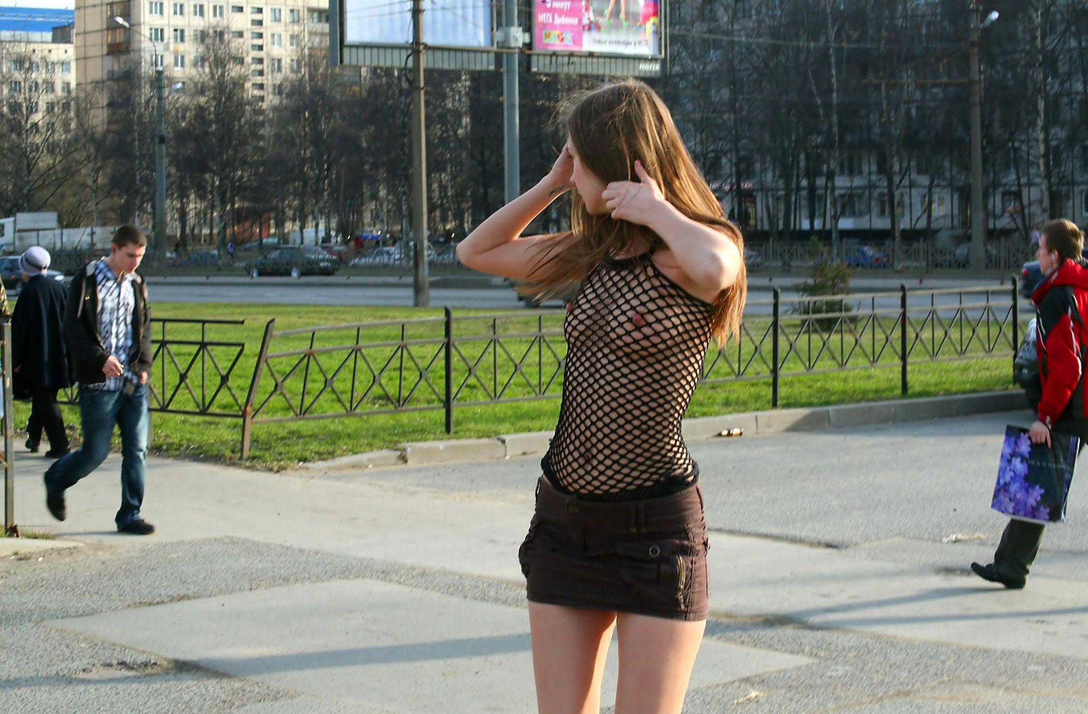 Гулять по улице в прозрачном платье — pic 15