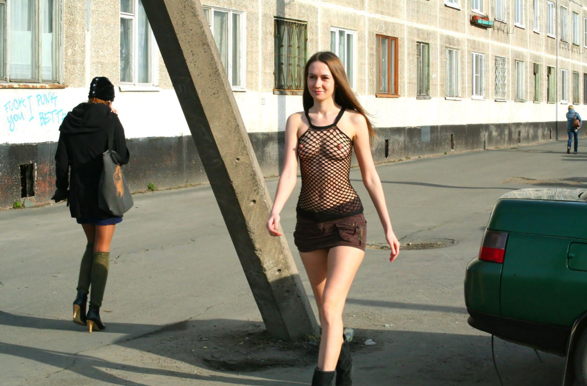 порно видео прозрачное платье на улице