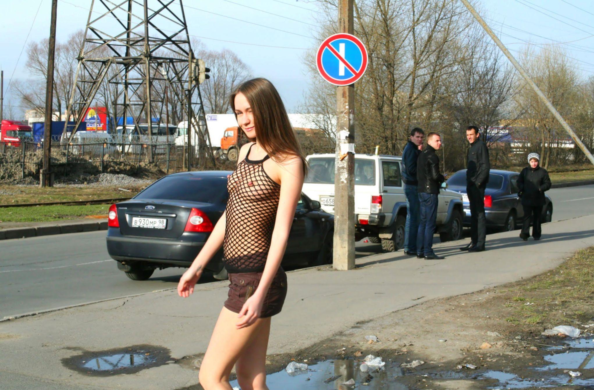 Девушка в прозрачной юбке гуляет по городу #14