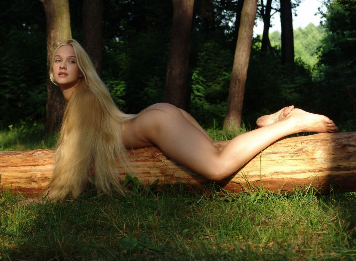 Girl With Very Long Hair And Shaved Pussy At Forest -4099
