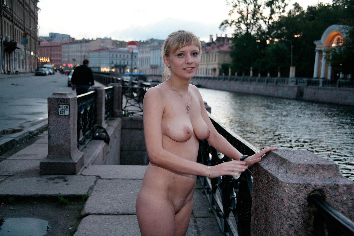 Голые Русские Женщины На Улице Видео