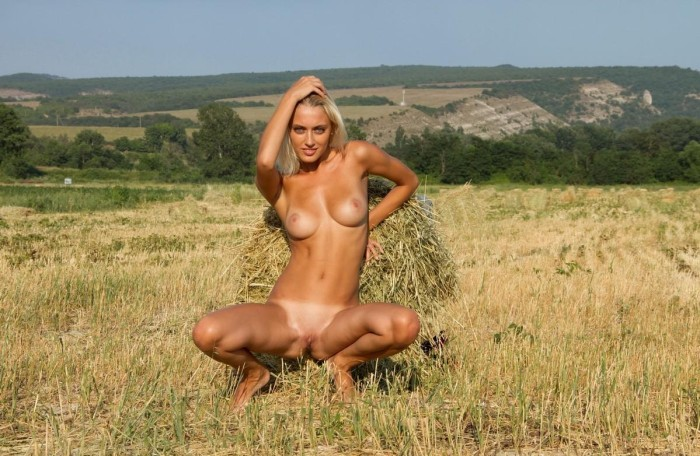 Фото голых женщин в поле