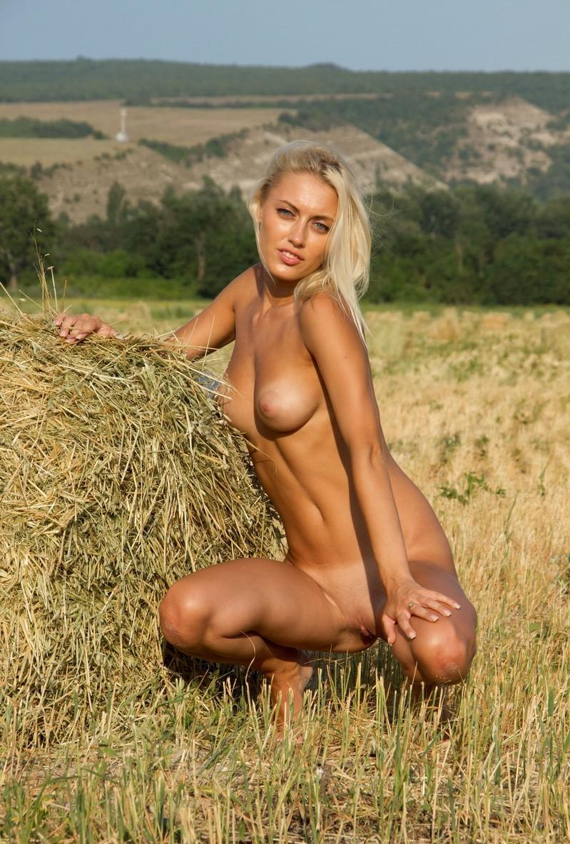 Skinny Blonde With Juicy Tits Gets Naked On A Sunny Day -3029