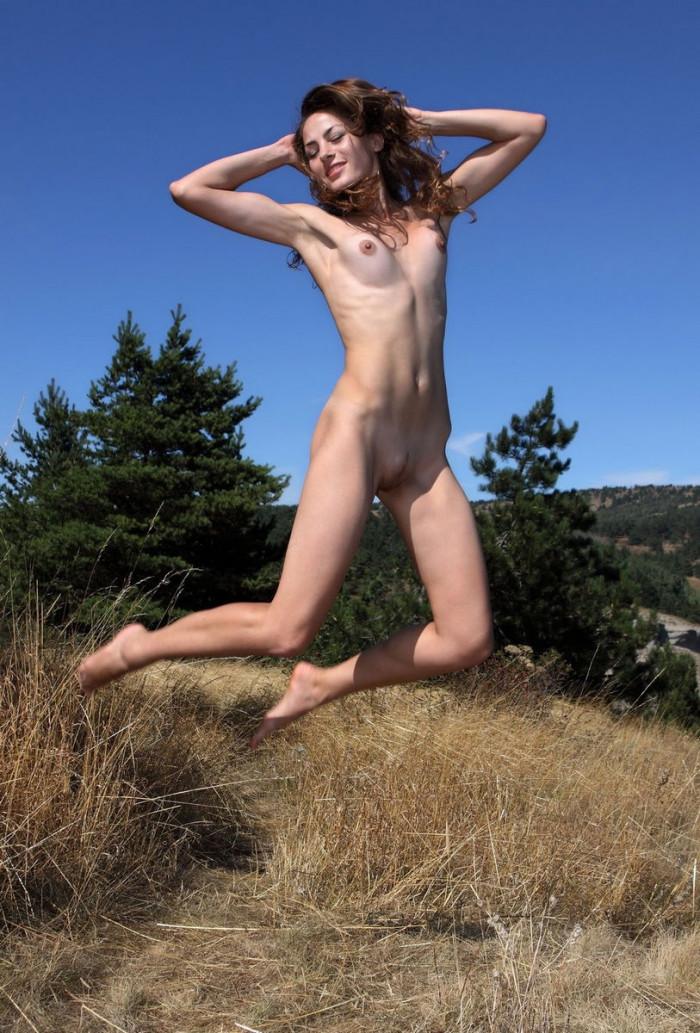 Meget smuk pige med stor fisse højt i bjergene-9033