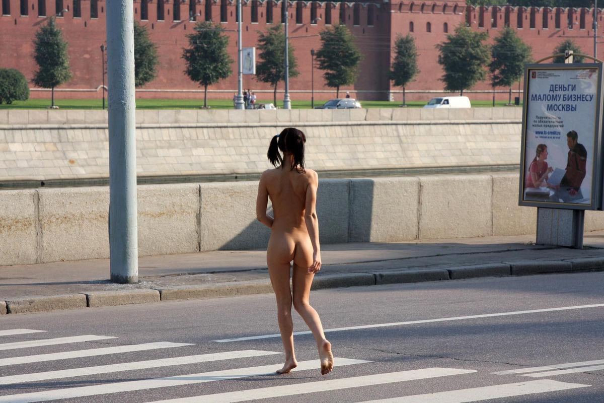 Порно сашей голые девушки гуляют по москве русское снегу