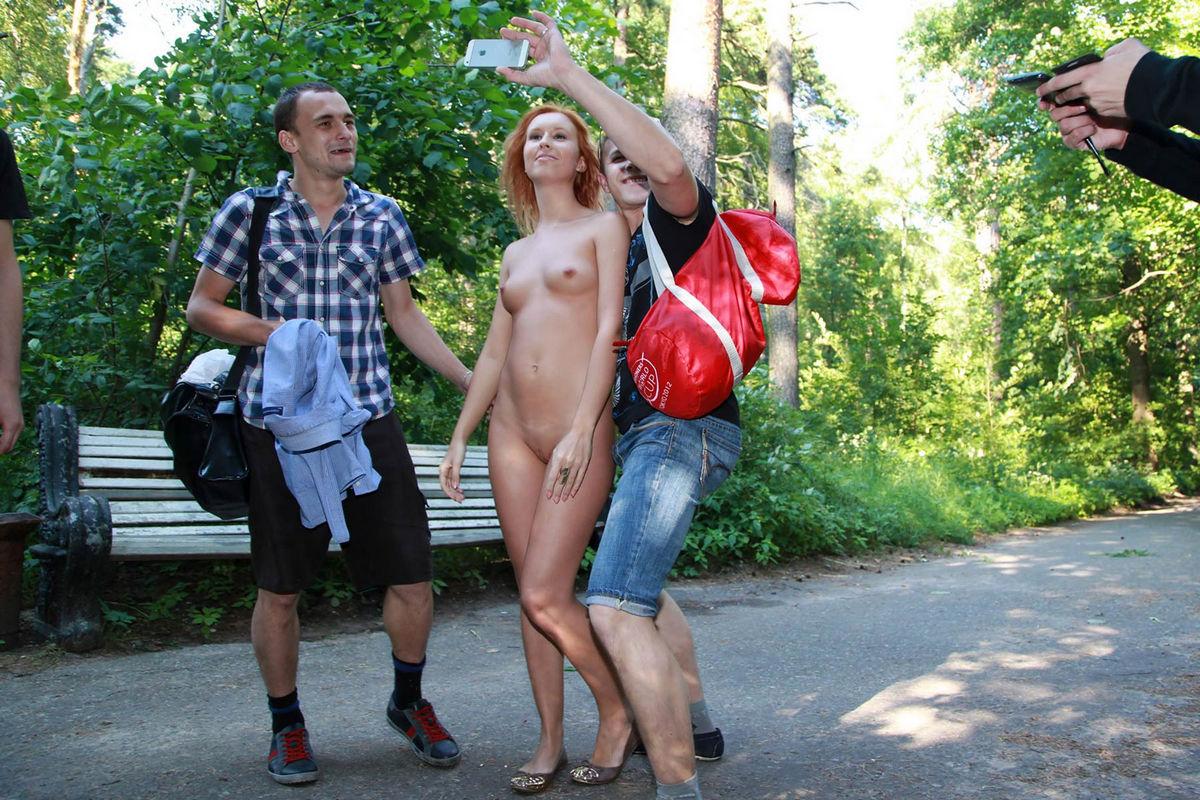 Две подружки решили пошалить на публике, видео снял девушку на скрытую камеру