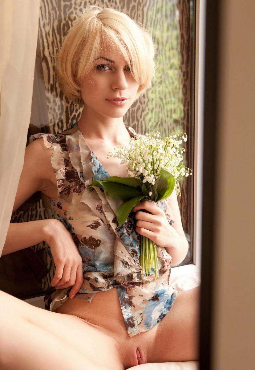 Аврора А красивая кареглазая блондинка