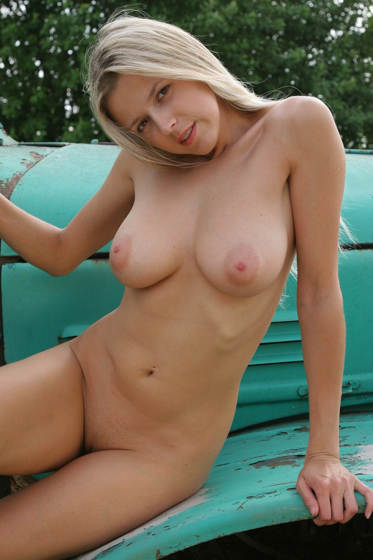 Teen And Busty Blonde Shows Her Body On Old Truck -1811