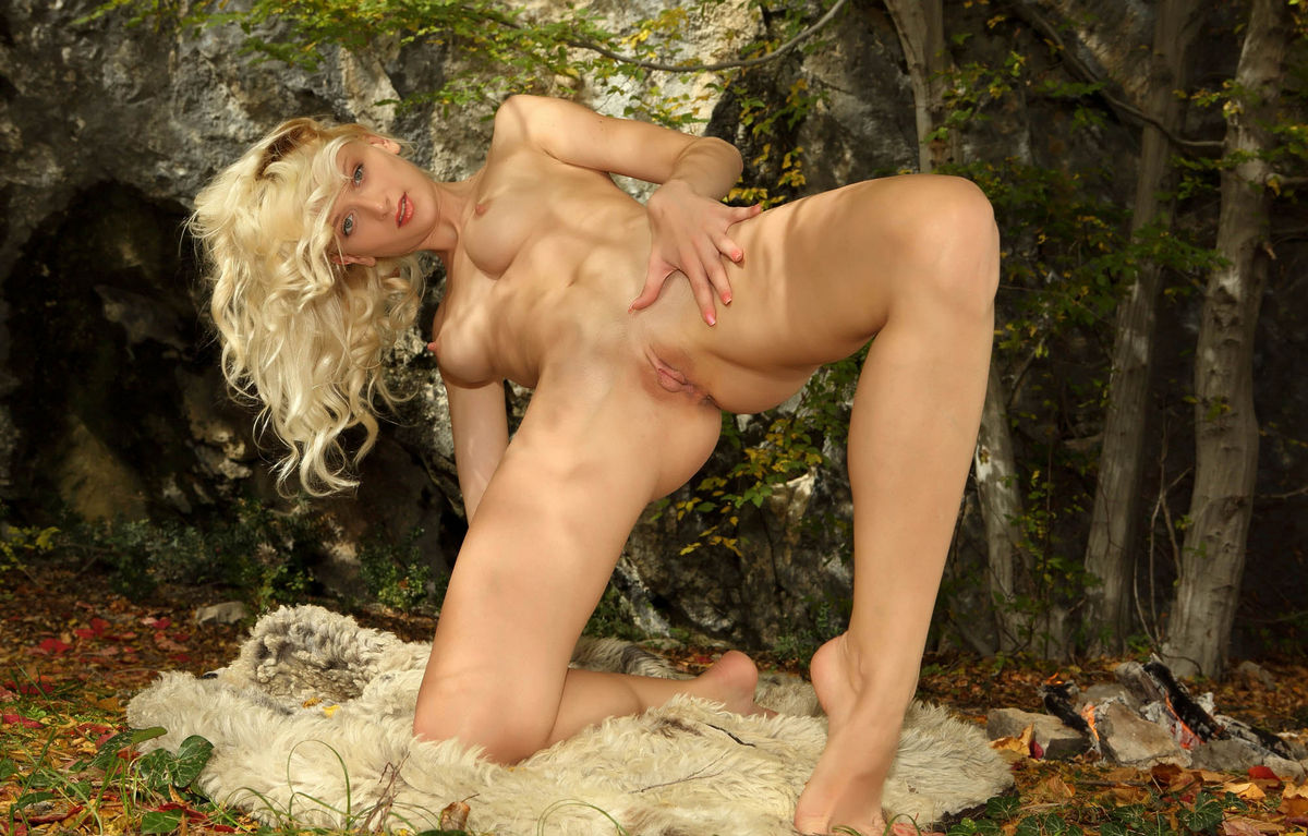 Very Beautiful Blonde With Gorgeous Body In The Woods -6211