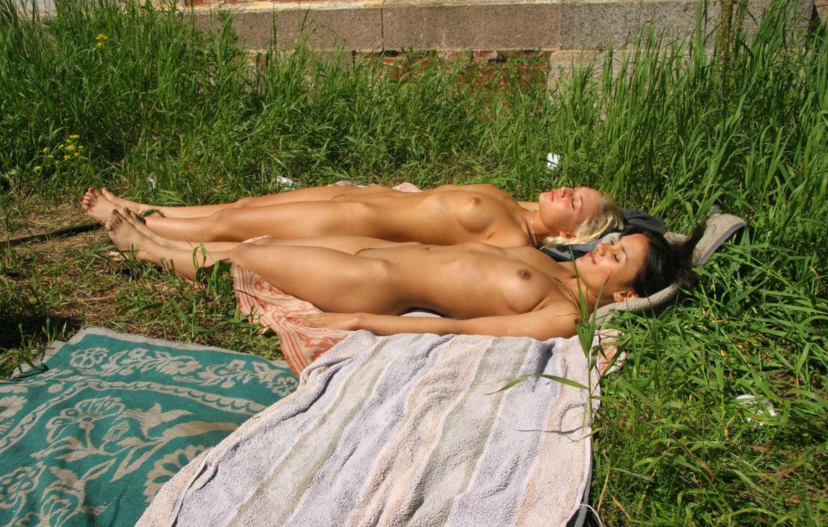 Загораем голыми на даче, эротические знакомства по чату