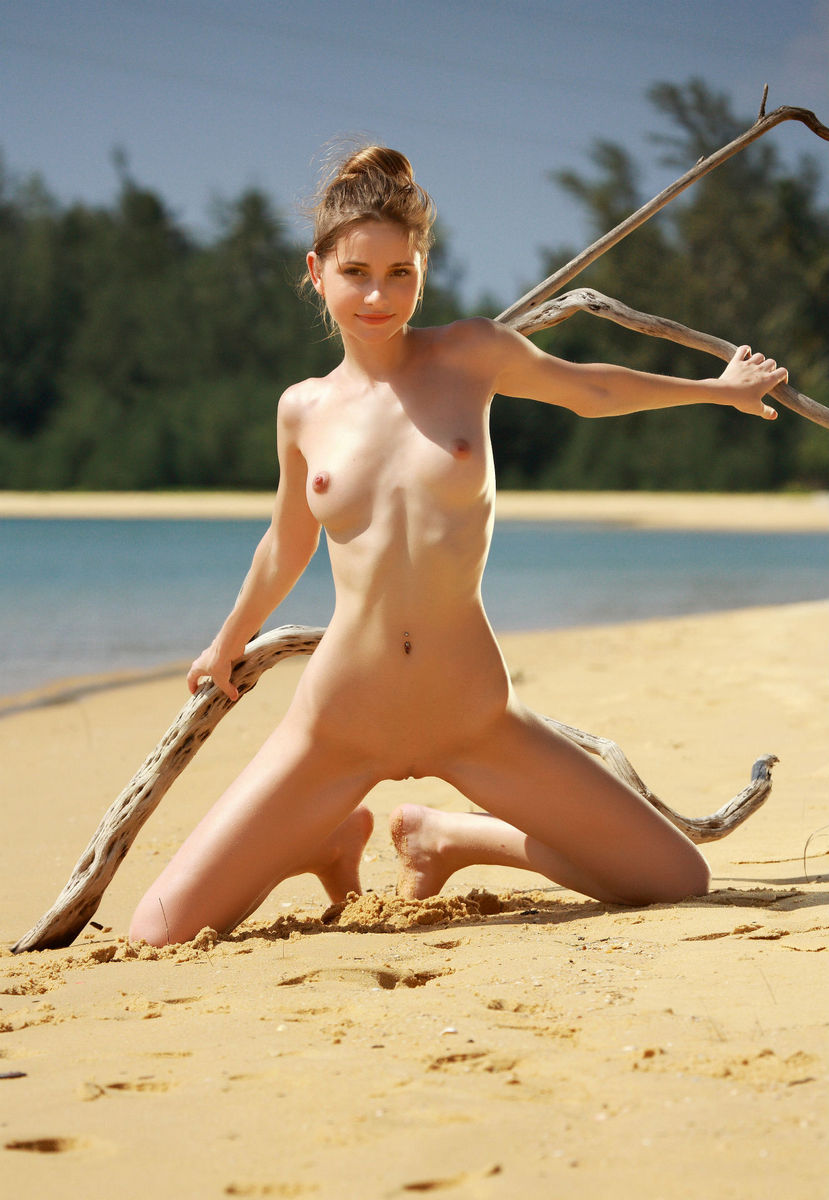 nude girls goen beach