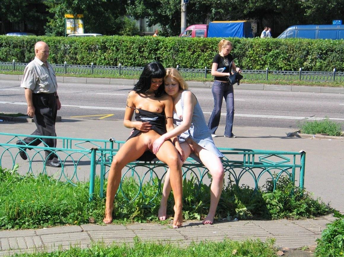 общем, девушки ласкают себя в общественных местах самом фильме, ему
