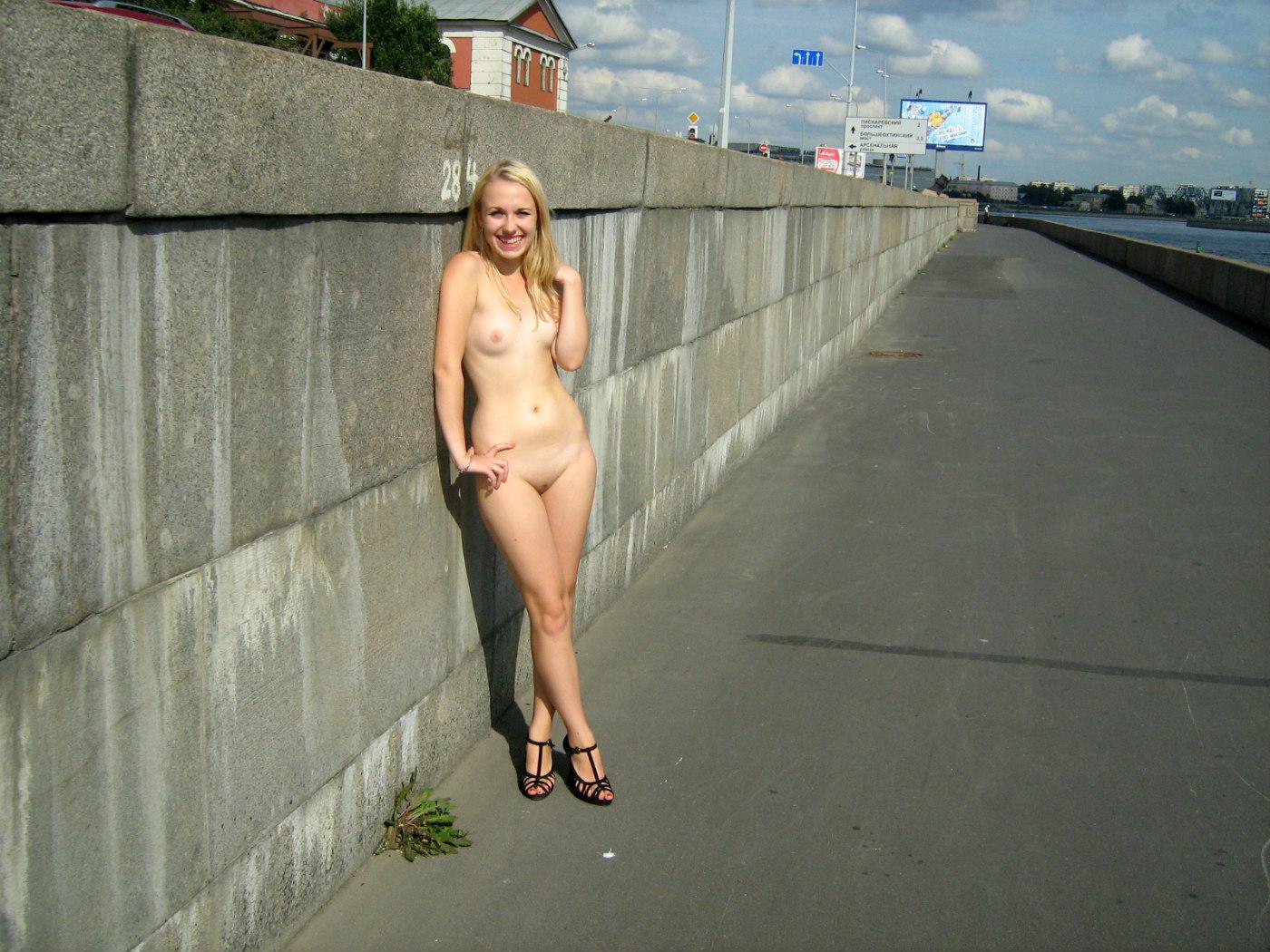 первый раз фото голых девушек на улице частные фото результате сети появляются