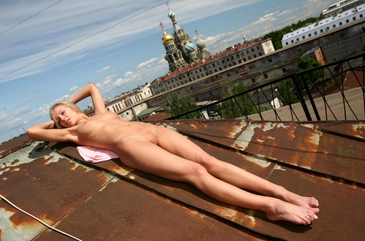 Русские девушки голышом на крыше видео
