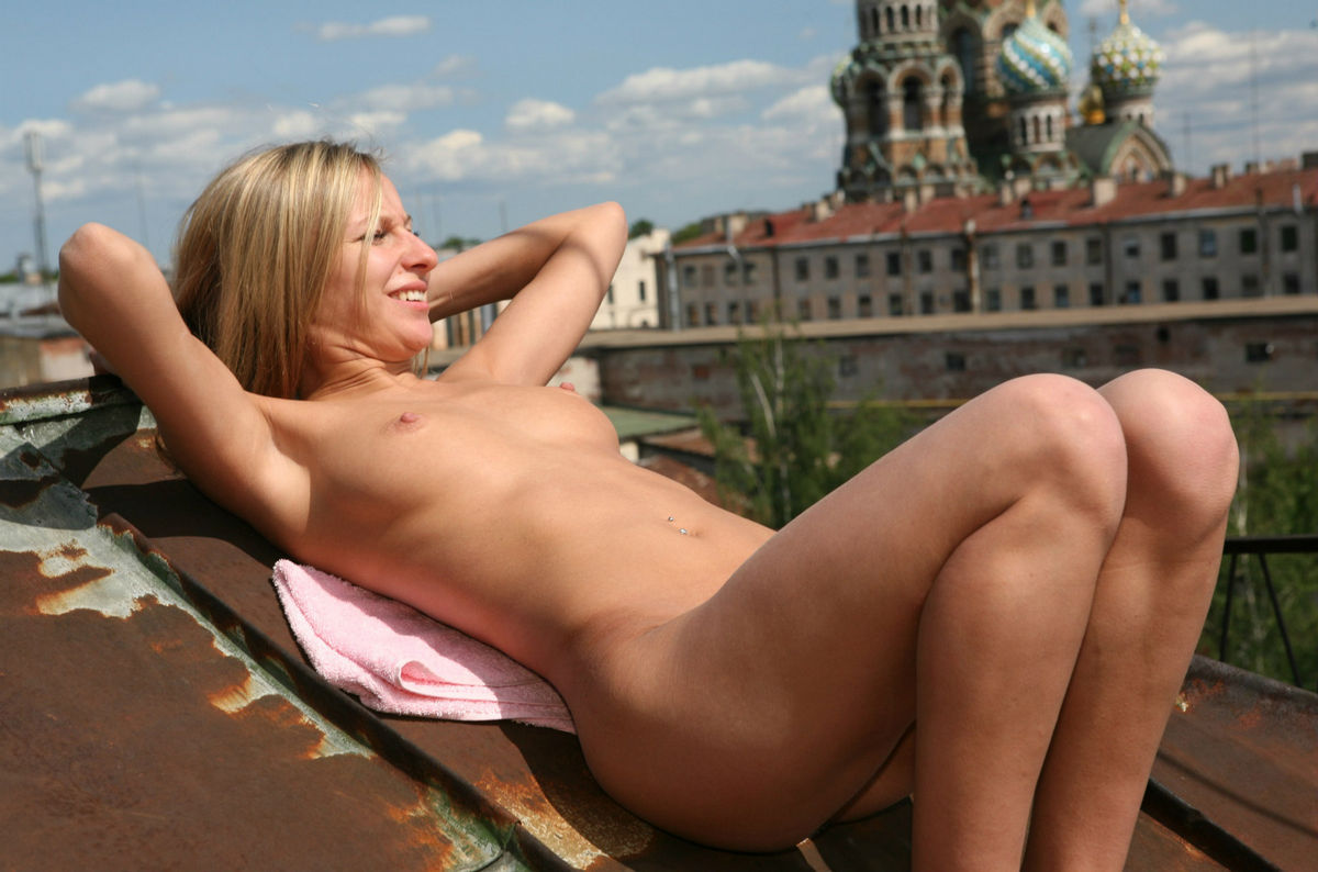 Naked blonde with sexiest body posing on the roof ...