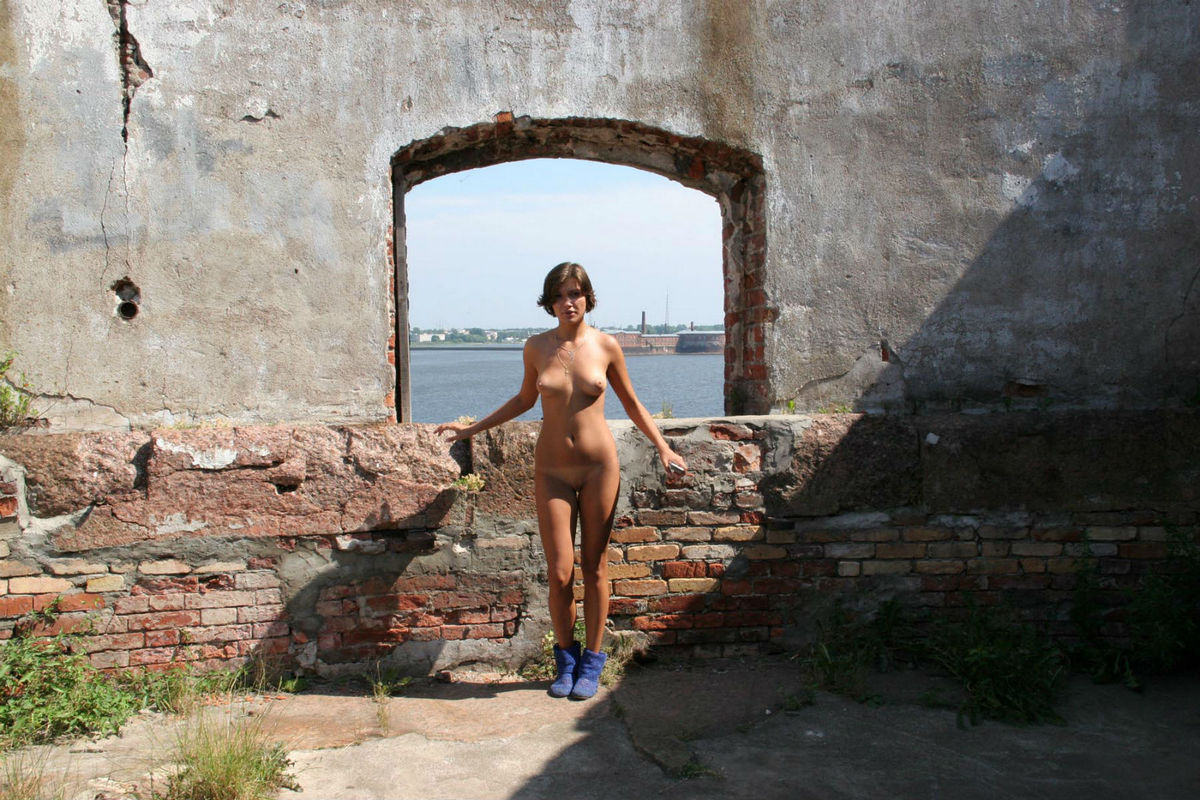 Short-haired girls walks bottomless in old Fort | Russian ...