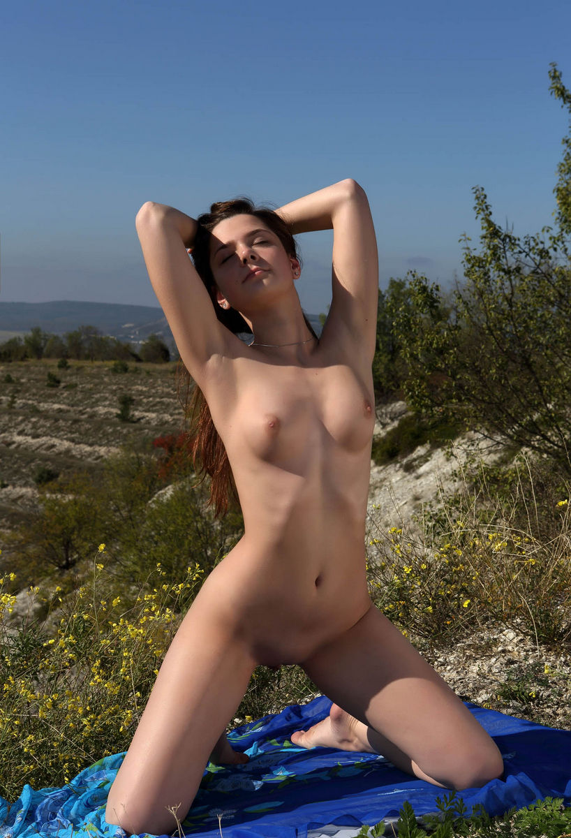 Naked Kamilah A Shows Big Pussy On The Hill By The Lake -1314