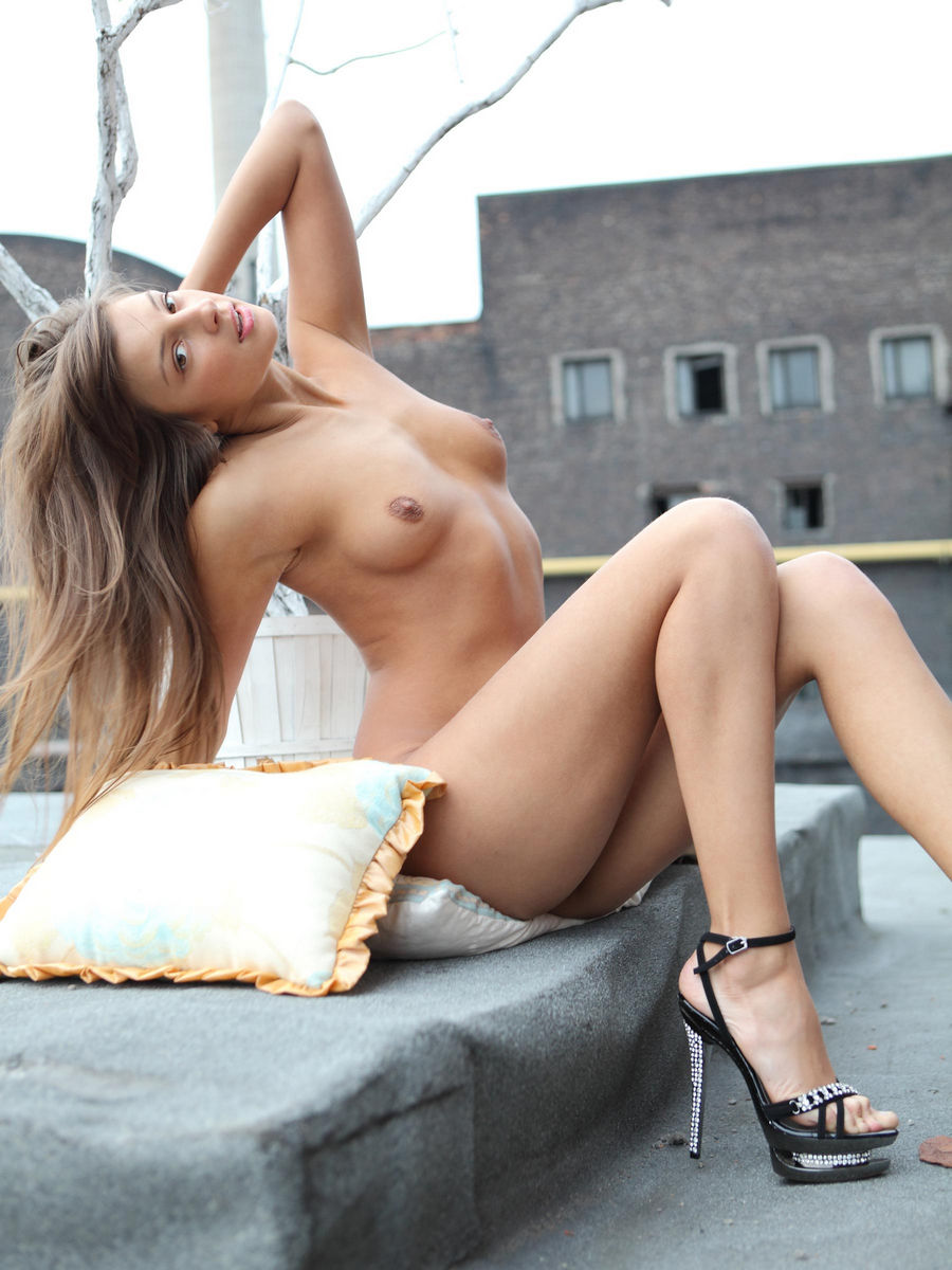 Nude Youthful Woman With Pillows On The Roof  Russian -4243