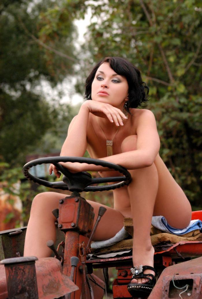 Brunette med kæmpe fisse læber på en traktor russisk sexet-3144