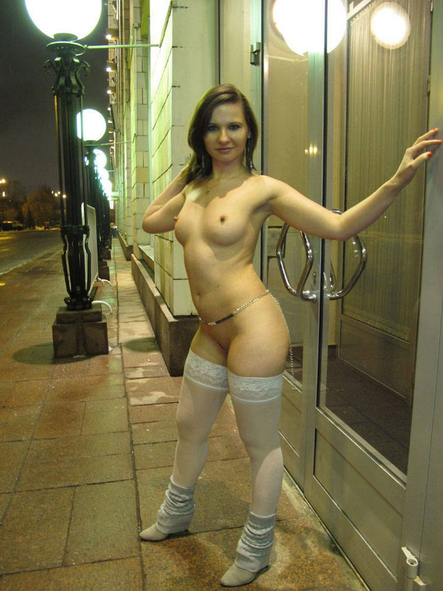 Pretty Brunette With Wide Hips On The Night Street -3344