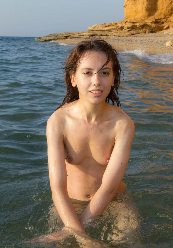 Short-heared brunette with nice natural body by river