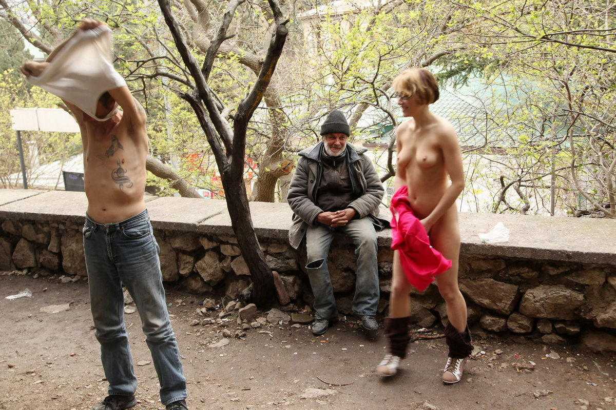 Russian Flasher Inna Posing Naked With Homeless  Russian -1234