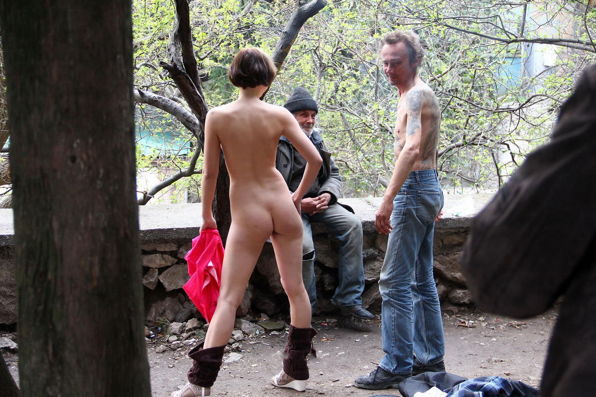 Russian Flasher Inna Posing Naked With Homeless  Russian Sexy Girls-1438