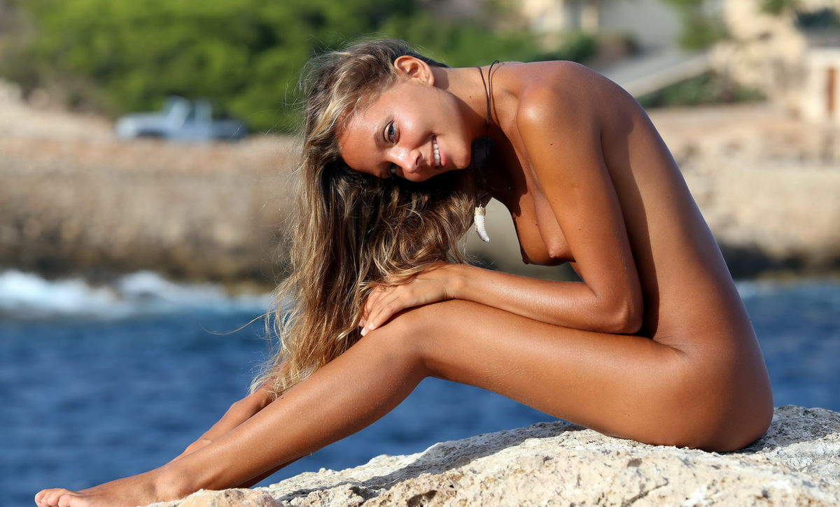 Tanned hottie with shaved cunt in the beach cabin - 1 1