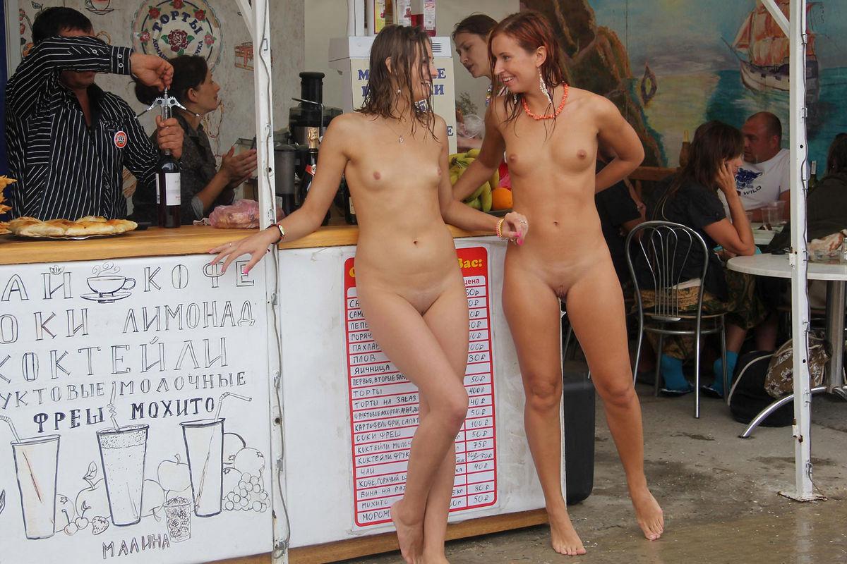 Жену в конкурсе раздели совсем видео, служанки-лесбиянки они в белых носках картинки