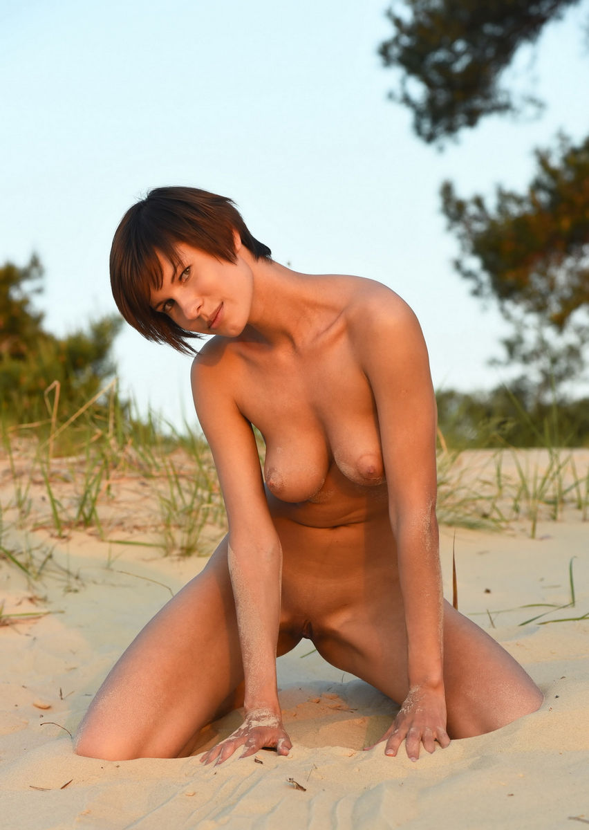 Naked Tall And Busty Suzanna A Posing On The Beach -8180