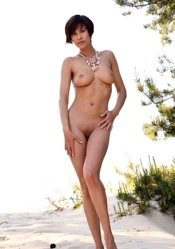 Naked Tall And Busty Suzanna A Posing On The Beach -4528
