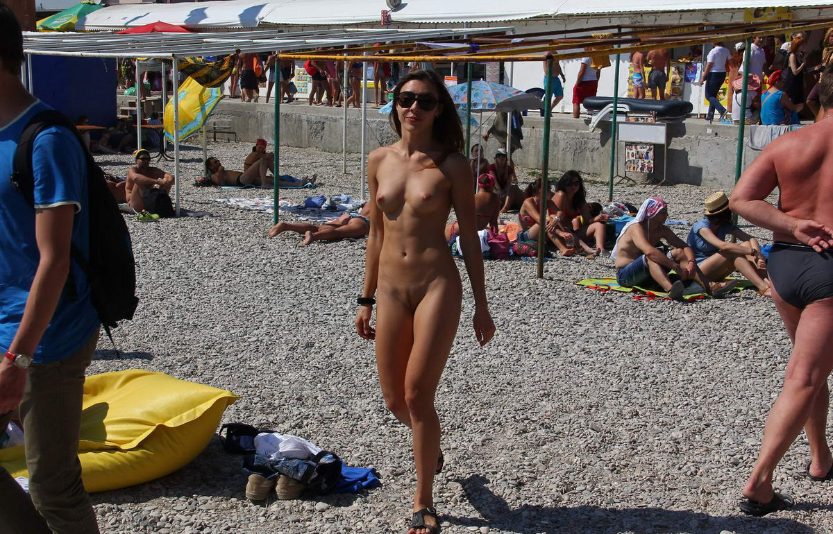 Hot naked girl at very public non-nude beach | Russian ...