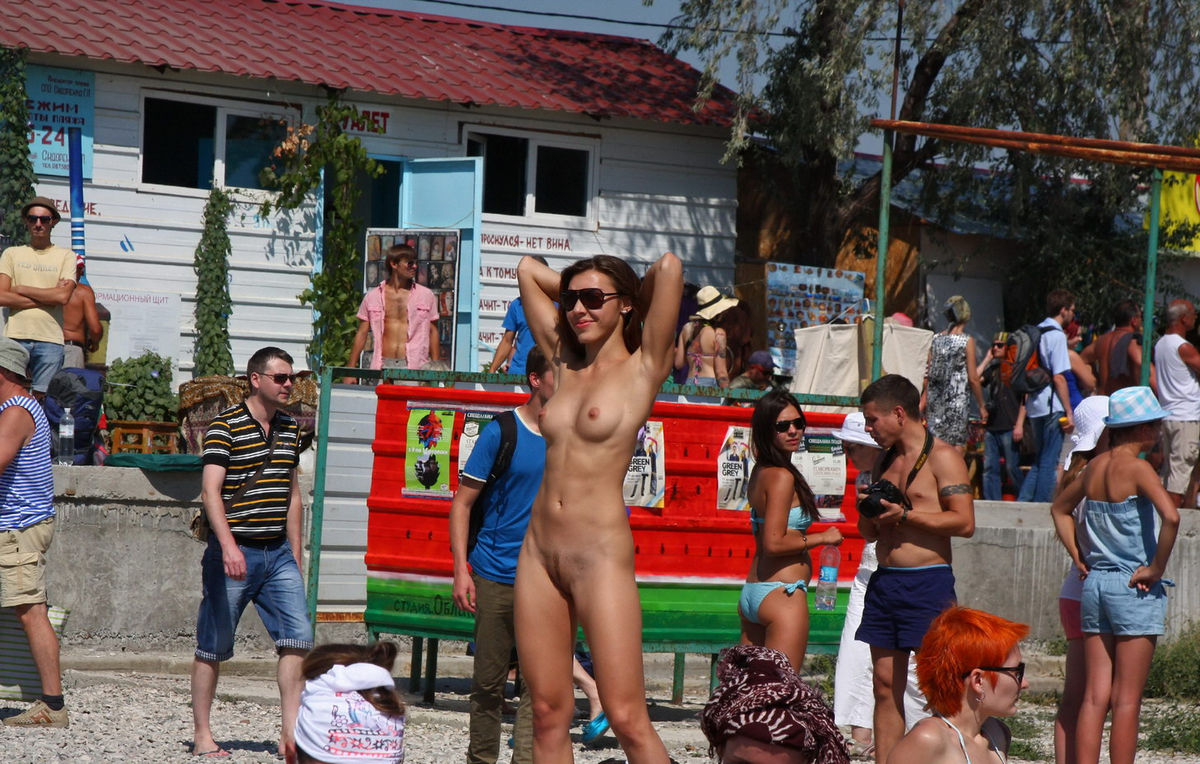 Hot Naked Girl At Very Public Non-Nude Beach  Russian -9521
