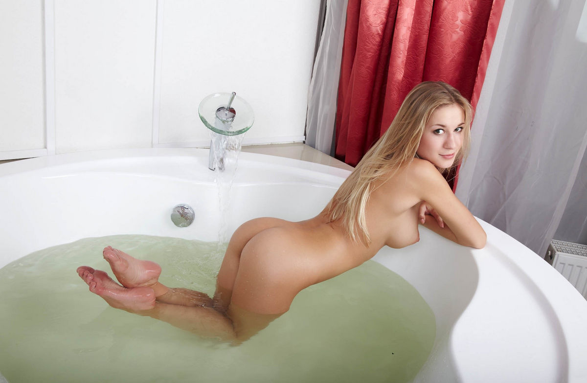 Thick sexy women naked in bath
