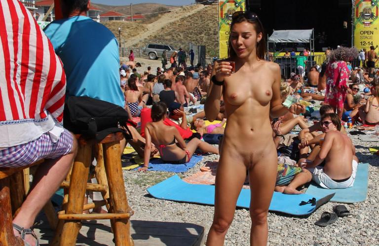 нудисты на общественном пляже фото № 155861 бесплатно