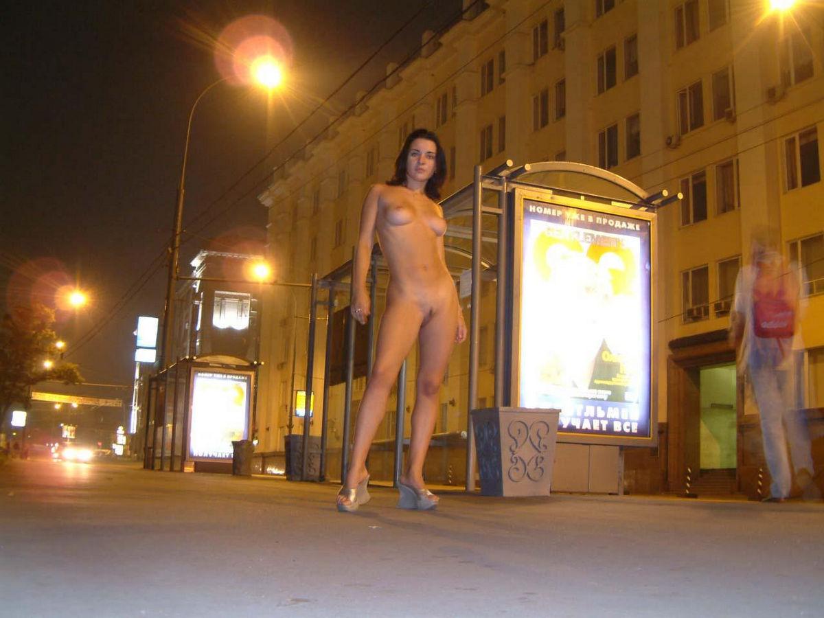 Губки голые девушки гуляют по москве фото огромных