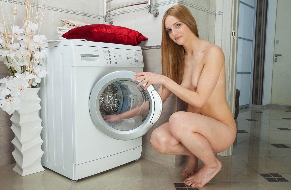Голые девки стирают белье