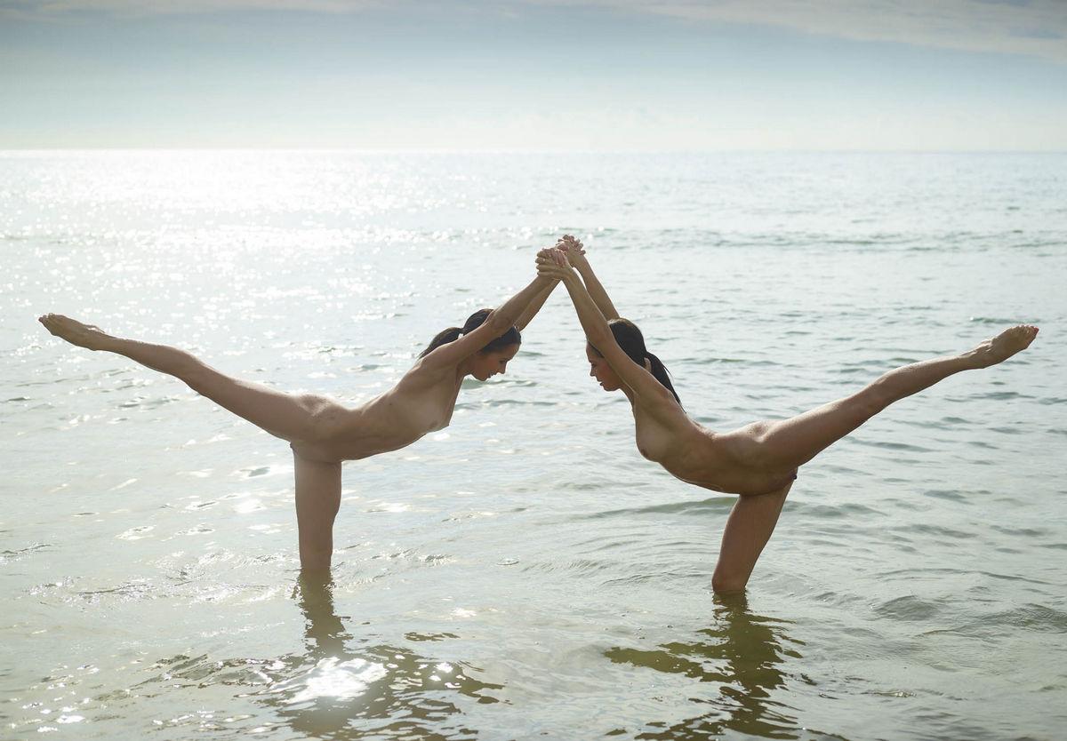 гимнастки резвятся на пляже нет
