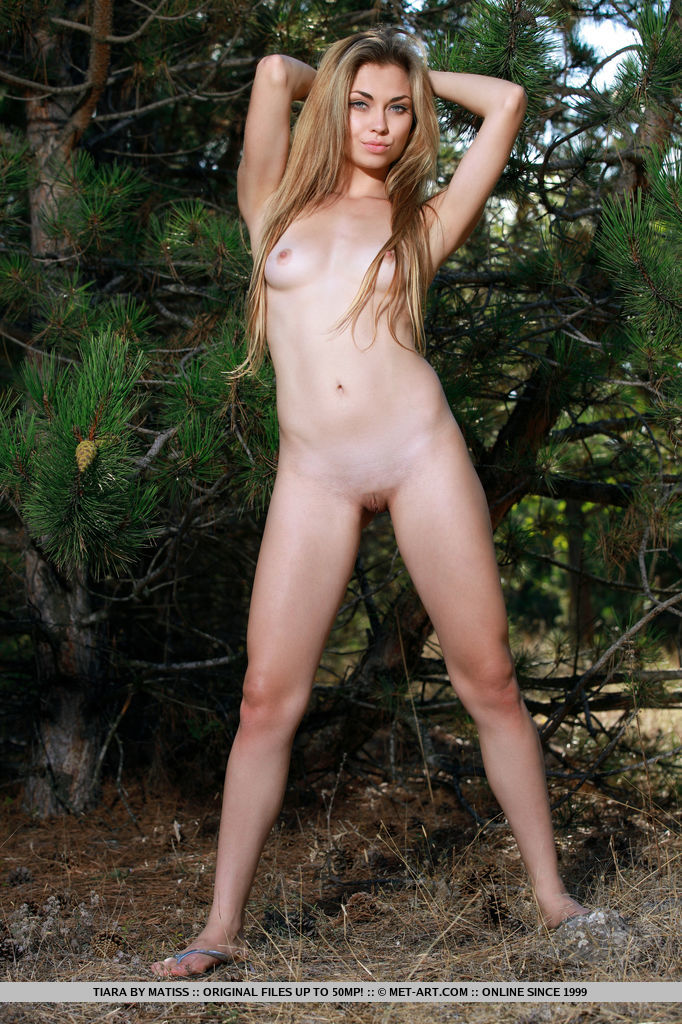 New model Tiara shows off her creamy body and meaty butt as she poses outdoors.