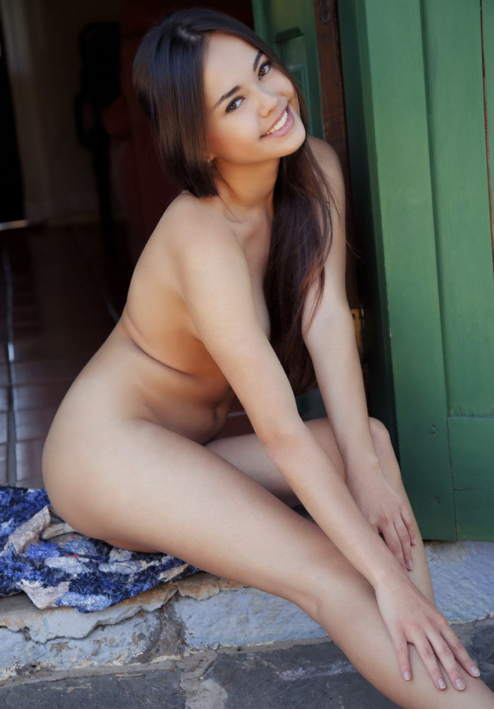 Brunette Li Moon undressing at doorstep