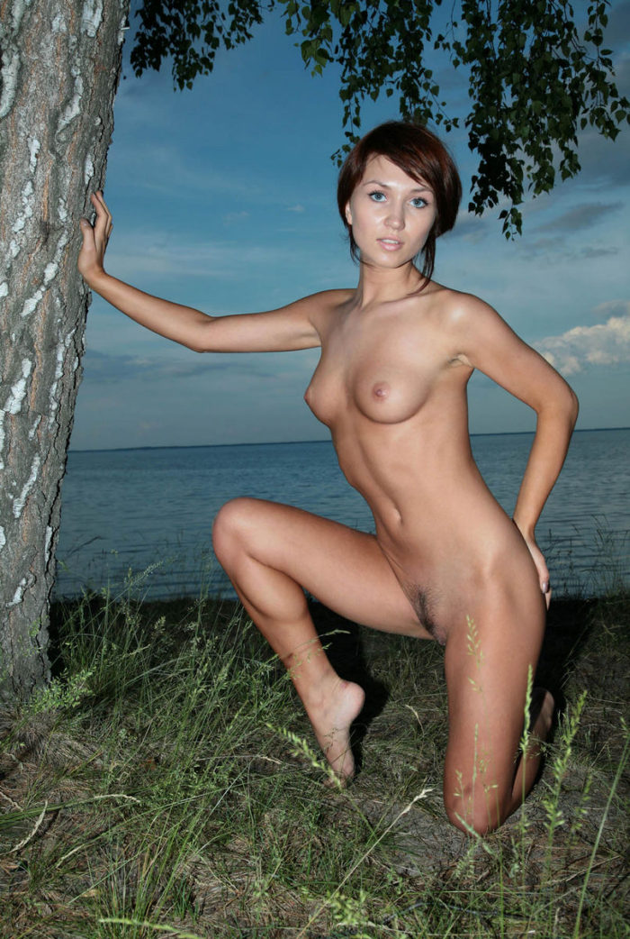 Amateur redhead hottie shows her body outdoors