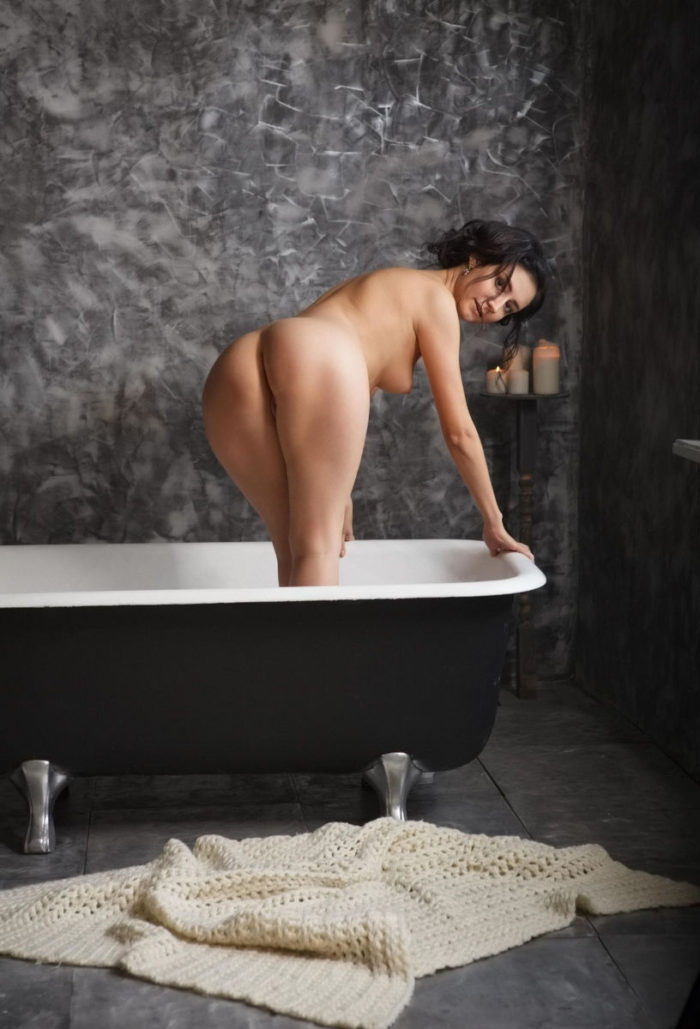 Babe Madeline B exposes at black bath
