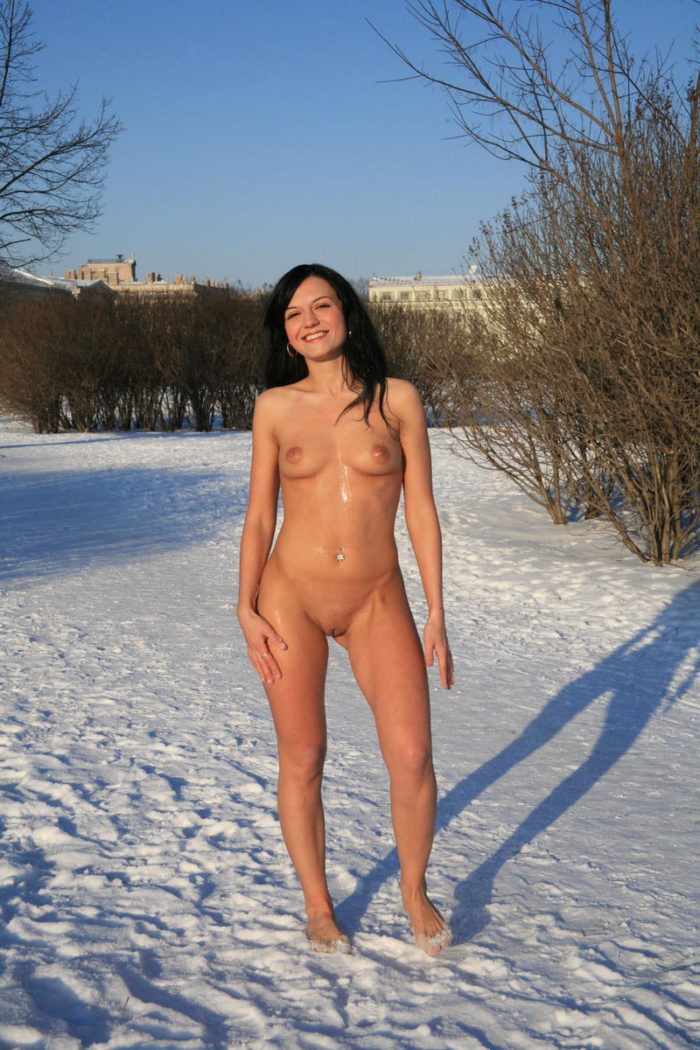 Bare brunette at winter public park | Russian Sexy Girls