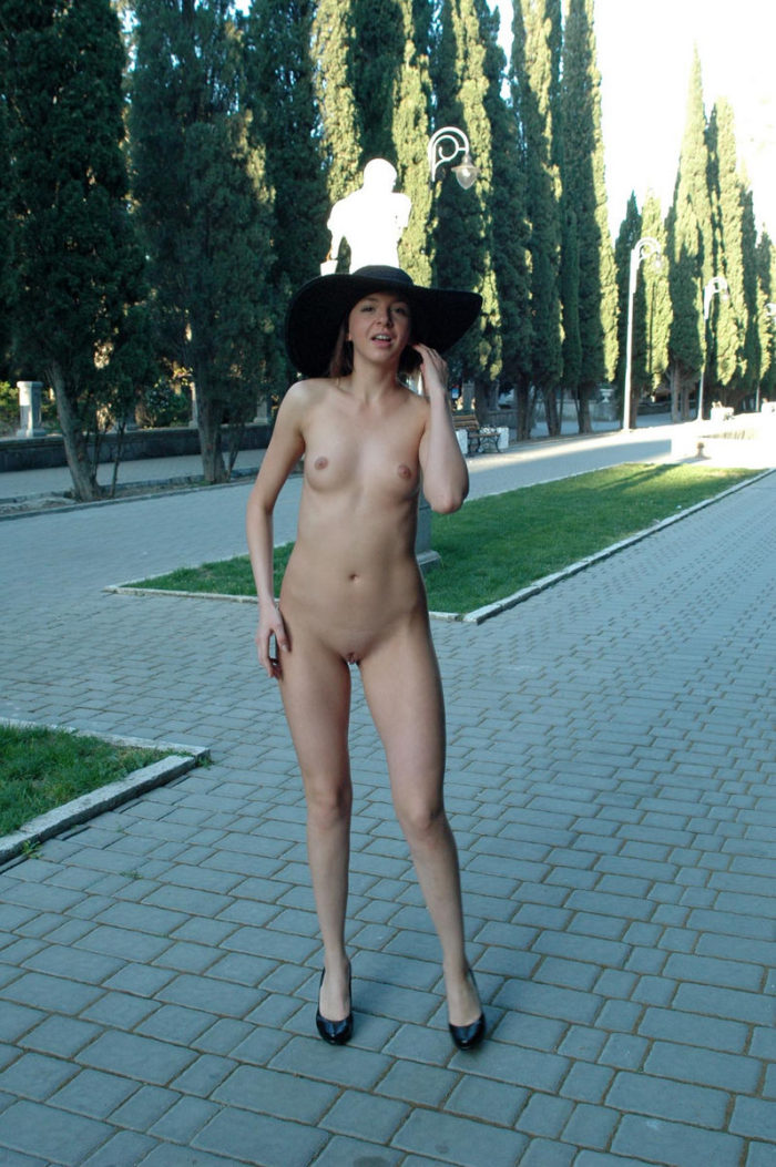 Naked Calla A in a big hat in the alley