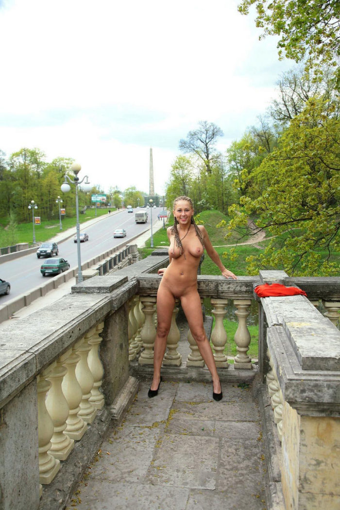 Naked amateur Dasha wears only shoes at city park