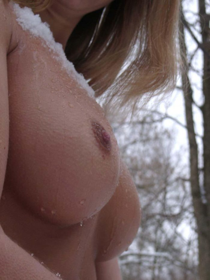Snowplay with naked busty blonde
